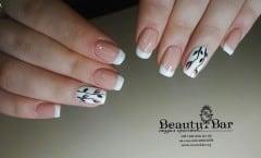 Маникюр с нежным цветочным дизайном - Киев - Студия Beauty Bar