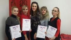 Преподаватель Анастасия Баранова с выпускницами базового курса по наращиванию ресниц - Киев - Студия Beauty Bar